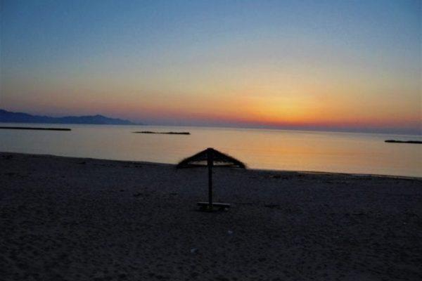 夕日とベンチ